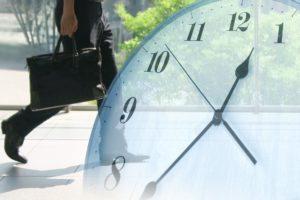スーツ姿の男性と時計