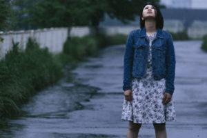 雨に打たれる女性
