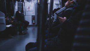 終電で家に帰る人